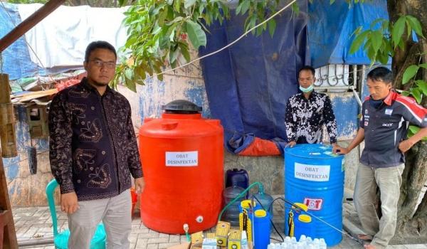 Cegah Virus Corona, Kepala Desa Teluknaga Pimpin Penyemprotan Disinfektan