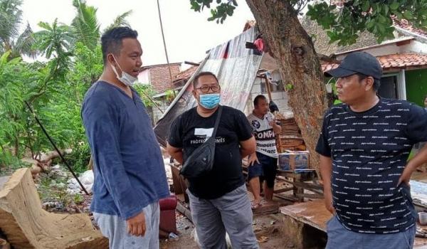 Meninjau Jebolnya Tanggul di Kampung Kebon Nangka
